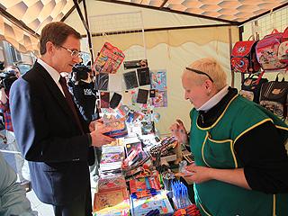 Николай Левичев посетил ярмарку 'Здравствуй, школа!' на Рождественке