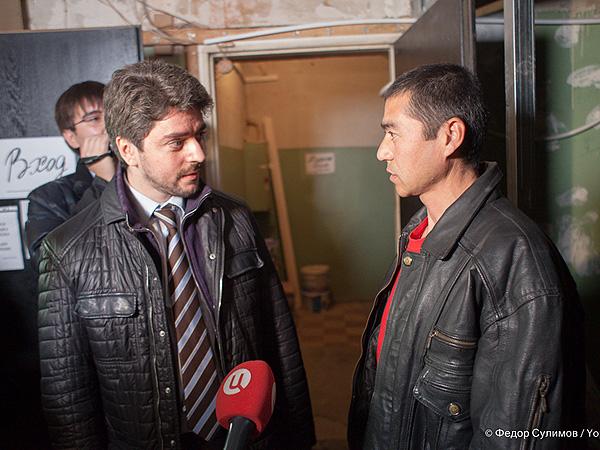 Илья Свиридов и активисты движения 'Щит Москвы' провели проверку общежития нелегальных мигрантов