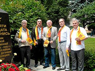 Восточное Дегунино: справороссы возложили цветы к обелиску 'Памяти солдата поклонись'