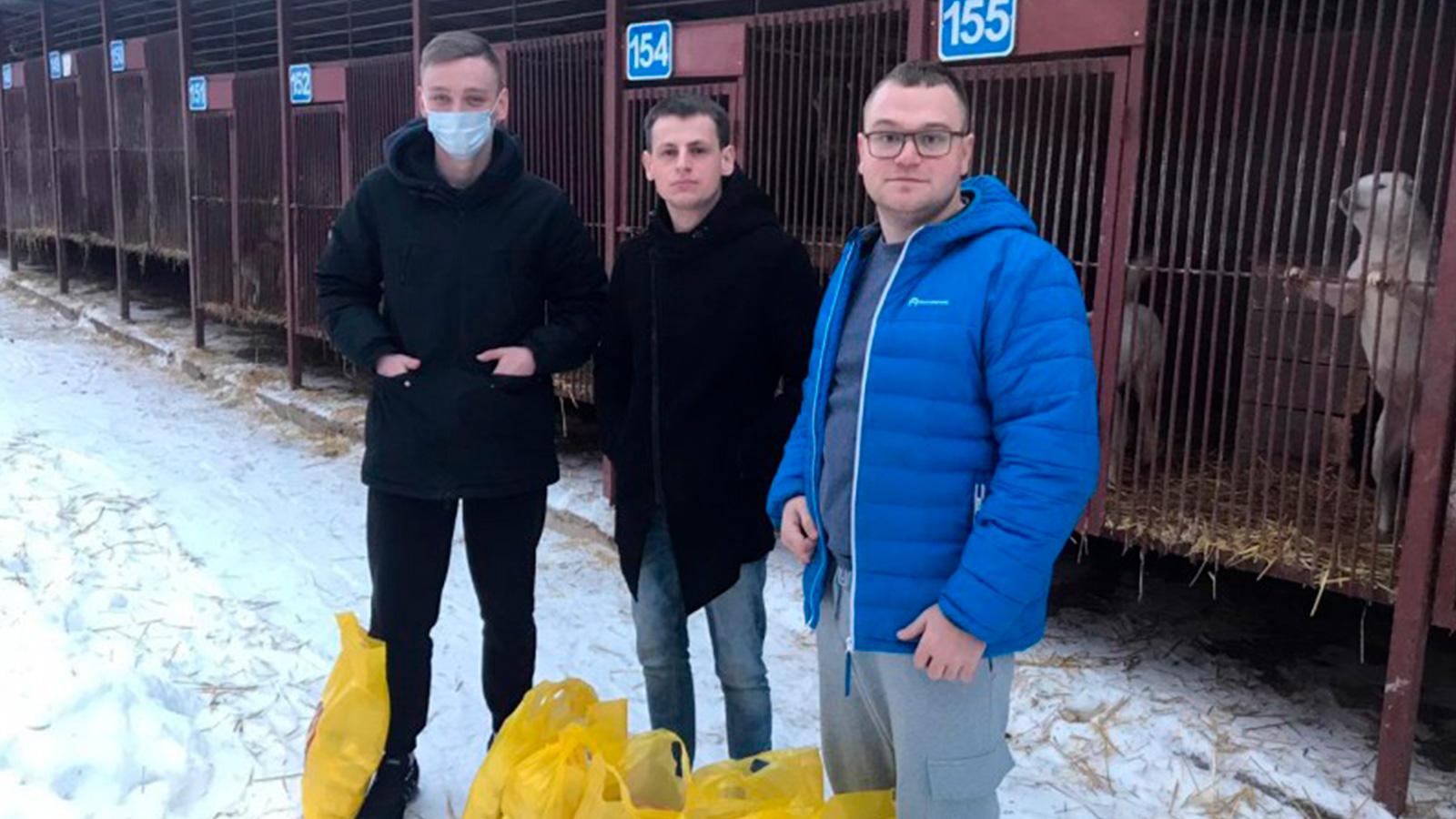 """Тульская область: представители """"Молодежи СР"""" передали корм приюту для животных """"Континент +"""""""